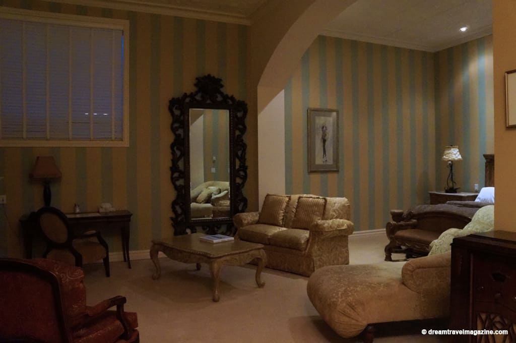 "Large sitting room of the ""King William"" Retro Suites Hotel Room"