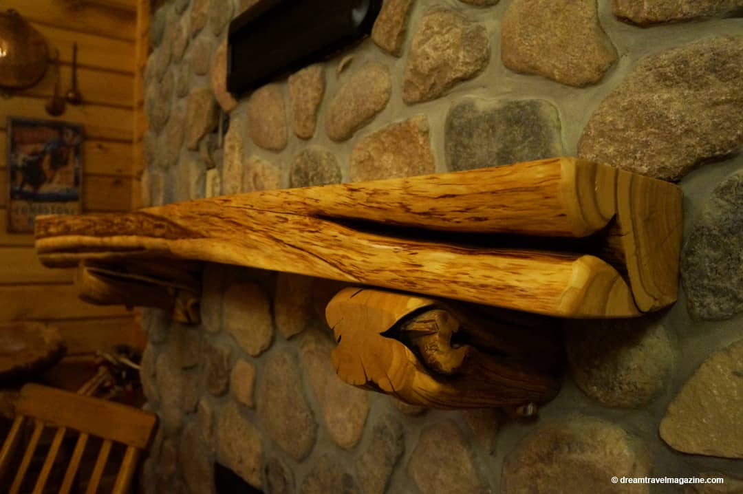 Wood shelves in the Lodge a Retro Suite Hotel room
