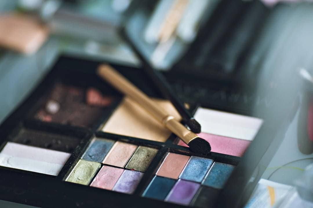 A-look-at-the-weight-of-your-Makeup-Bag_pallets