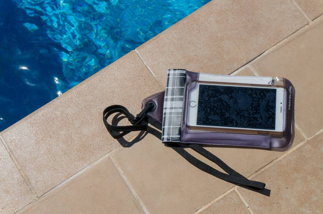 Travelon waterproof smarphone pouch