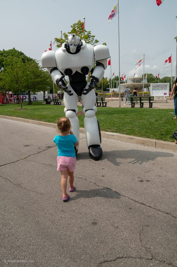 Little girl meets Max the robot at CNE 2018