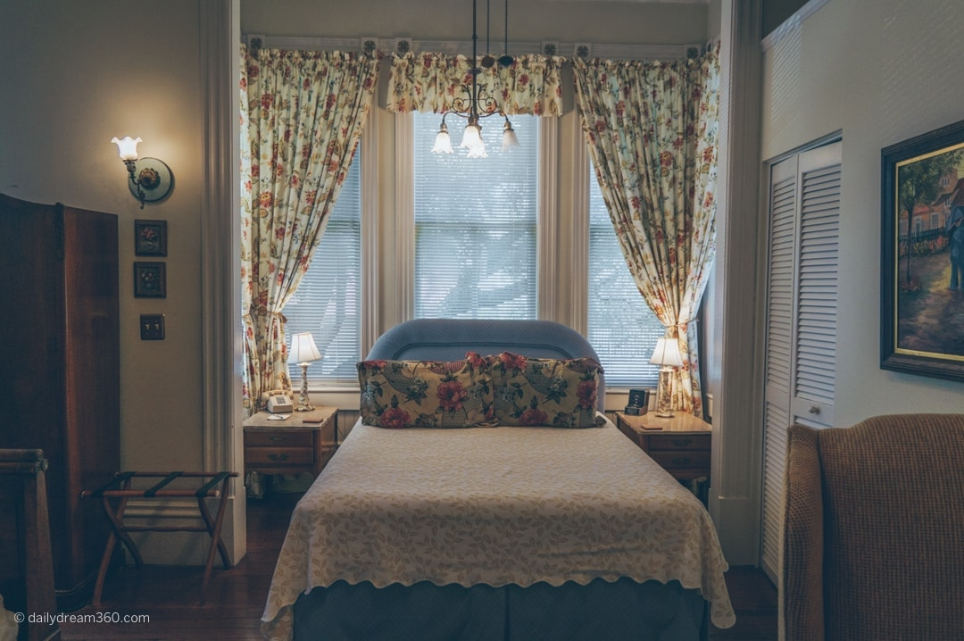Queen bed in room 2 of Fairbanks House BB Amelia Island