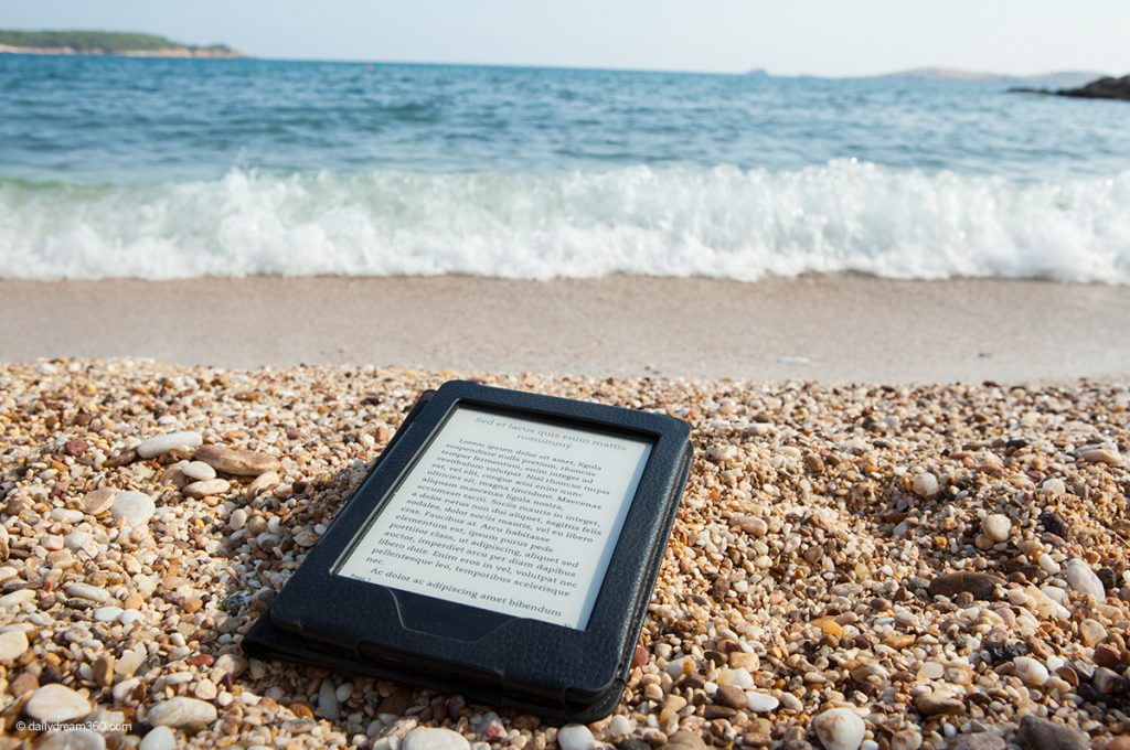 2020 Best eReaders for Outside Reading in Sunlight